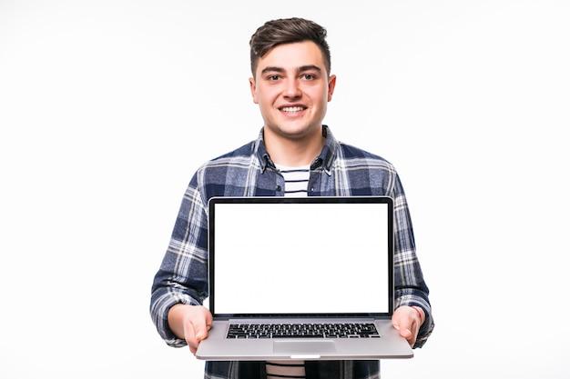 Молодой черноволосый мужчина демонстрирует что-то на ярком ноутбуке Бесплатные Фотографии