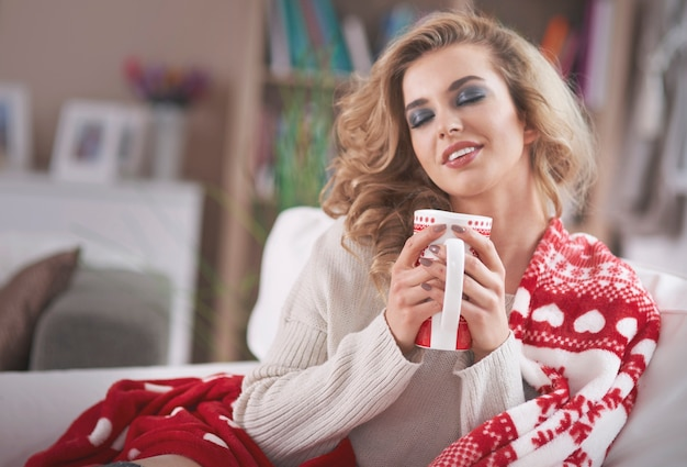 ホットチョコレートを飲む若いブロンドの女性 無料写真
