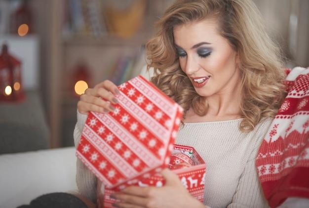 크리스마스 선물을 들고 젊은 금발 여자 무료 사진