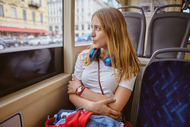20 세 젊은 금발의 백인 여자는 대중 교통을 사용하고 있습니다. 프리미엄 사진