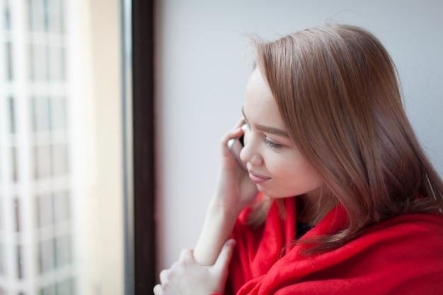 Молодая блондинка девушка разговаривает по телефону. Premium Фотографии