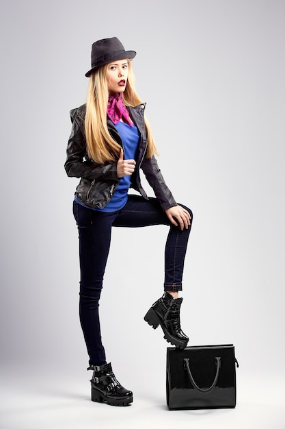 Young blonde woman in autumn casual clothes, black leather jacke Premium Photo