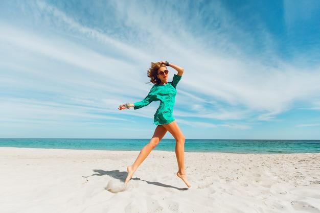La giovane donna bionda si diverte e si gode le sue vacanze estive Foto Gratuite