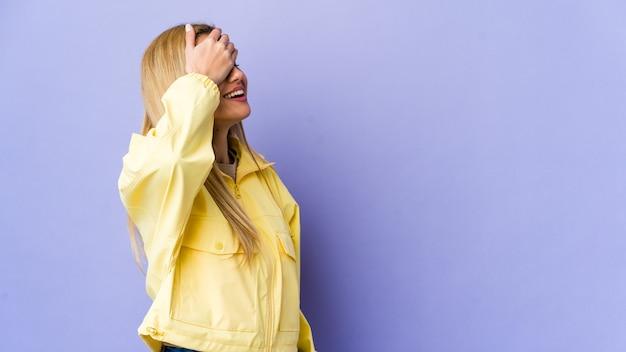Молодая блондинка женщина, изолированных на фиолетовой стене смеется радостно, держа руки на голове. концепция счастья. Premium Фотографии