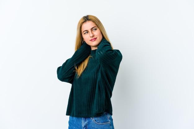 Молодая блондинка страдает от боли в шее из-за малоподвижного образа жизни. Premium Фотографии