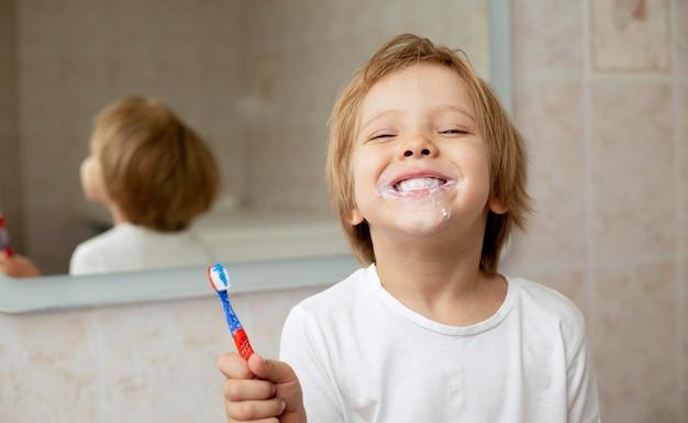少年の歯を磨く 無料写真