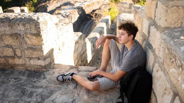 Молодой мальчик наслаждается поездкой Premium Фотографии