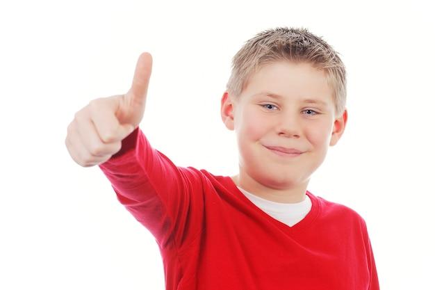 Ragazzo giovane che gli dà pollice in su isolato su spazio bianco Foto Gratuite