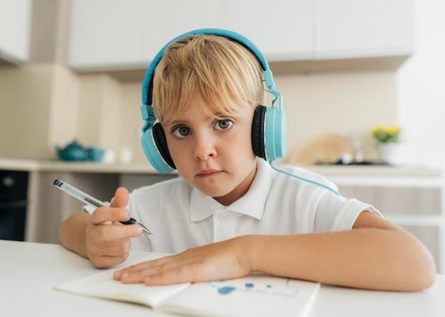 온라인 수업에주의를 기울이고있는 어린 소년 무료 사진
