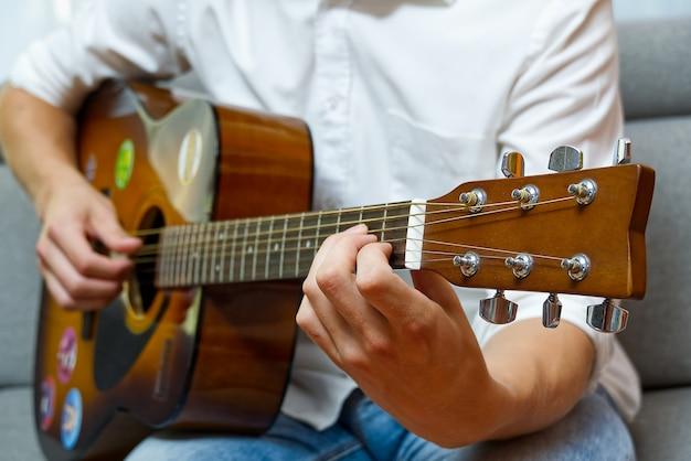 ギターを弾く少年。 Premium写真