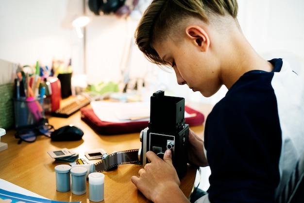 レトロなカメラと映画の少年 Premium写真