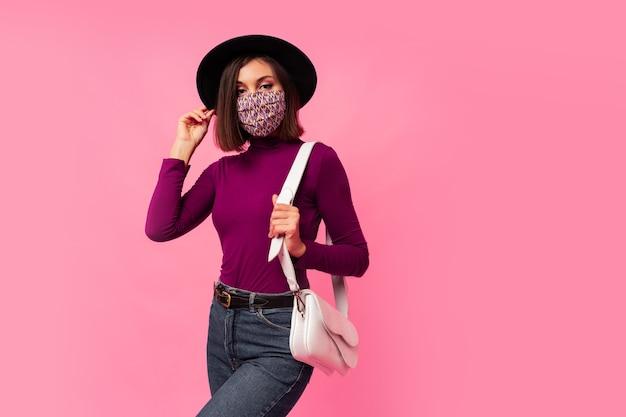 코로나 바이러스에 대한 호흡기 얼굴 마스크를 쓰고 젊은 갈색 머리 소녀 무료 사진