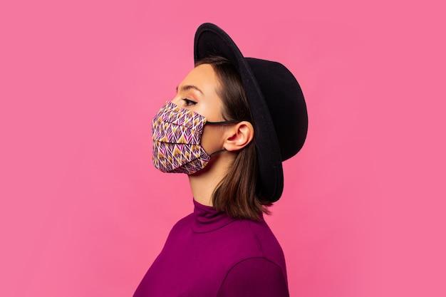 コロナウイルスに対する呼吸フェイスマスクを身に着けている若いブルネットの少女 無料写真