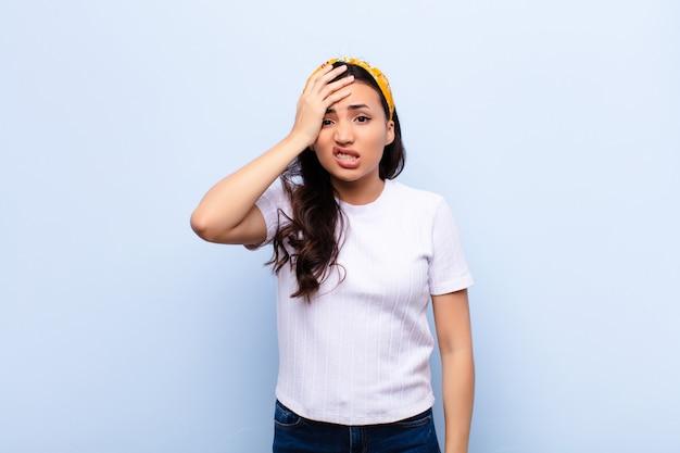 パニックと強調した若いブルネットの女性 Premium写真
