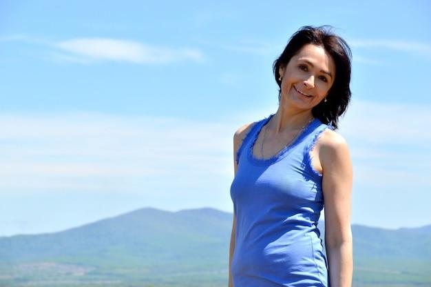 Молодая брюнетка женщина улыбается Premium Фотографии