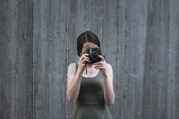 写真を撮る若いブルネットの女性 無料写真