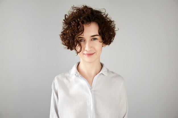 Молодая брюнетка женщина с вьющимися волосами Бесплатные Фотографии
