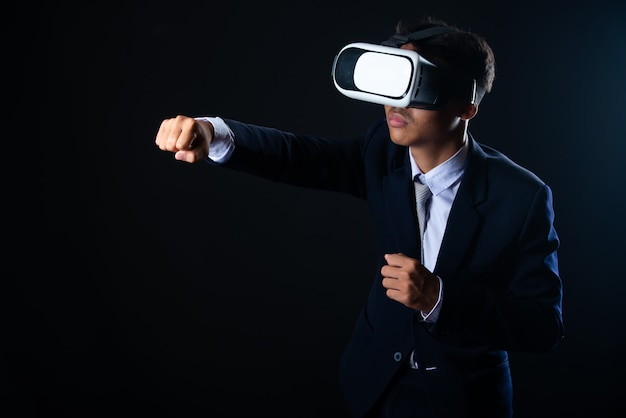 Young business man wearing virtual reality glasses Free Photo