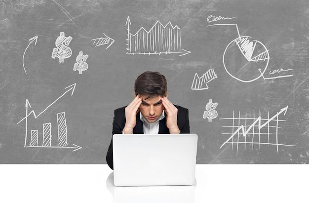 Giovane uomo d'affari con laptop brainstorming. concetto di affari nello schizzo disegnare Foto Gratuite