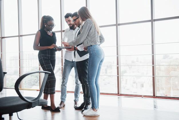 若いビジネスマンがオフィスでの会議中に新しい創造的なアイデアを一緒に議論しています。 無料写真