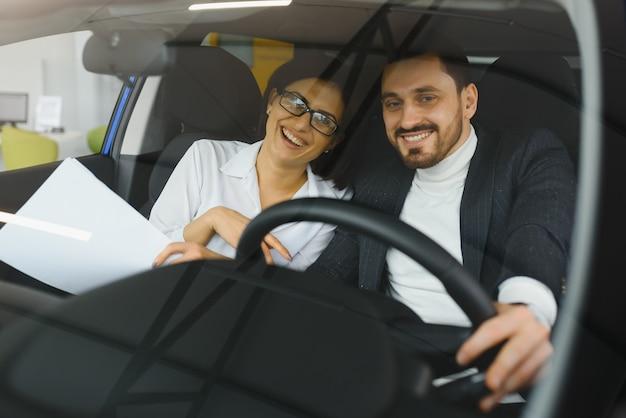 車で旅行中に一緒に働く若いビジネスマン。 Premium写真