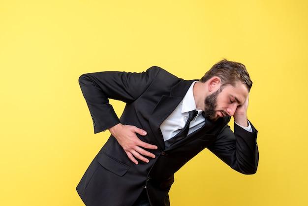 Giovane imprenditore che soffre di mal di stomaco e mal di testa Foto Gratuite