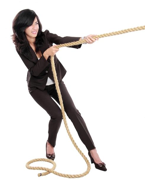 Молодая бизнес-леди тянет веревку Premium Фотографии