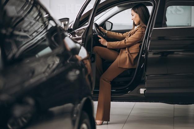 Giovane donna d'affari seduto in macchina Foto Gratuite