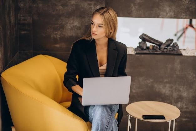 ラップトップに取り組んでいる若いビジネス女性 無料写真