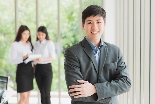 Young businessman smiling with arms crossed Premium Photo