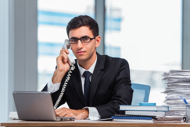 Young businessman talking on the phone Premium Photo