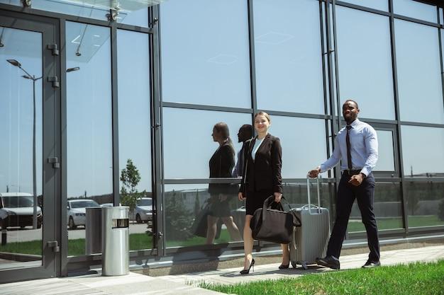 Молодой предприниматель ждет вылета в аэропорту, рабочая поездка, деловой образ жизни. Бесплатные Фотографии