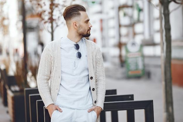 Молодой бизнесмен гуляя на улицу Бесплатные Фотографии