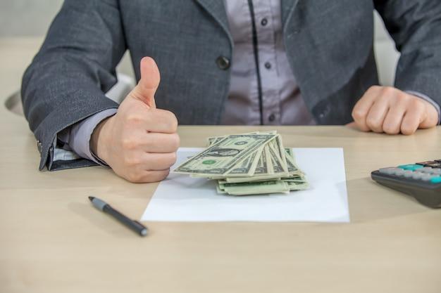그의 사무실에서 일하고 현금 돈을 세 젊은 사업가 무료 사진