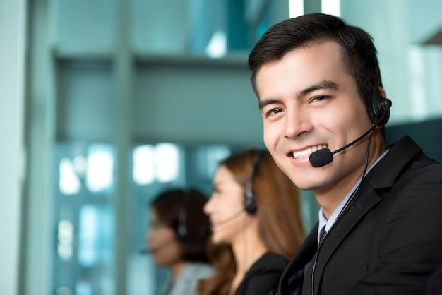 Молодой бизнесмен, работающий в колл-центр Premium Фотографии