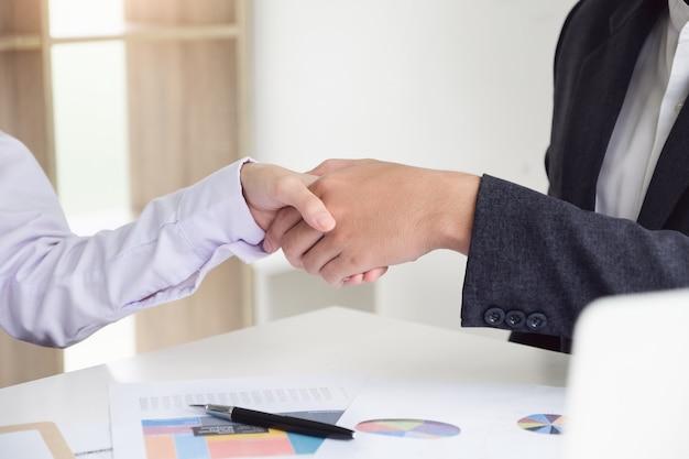 若いビジネスマンはパートナーと協力してビジネスを拡大します Premium写真
