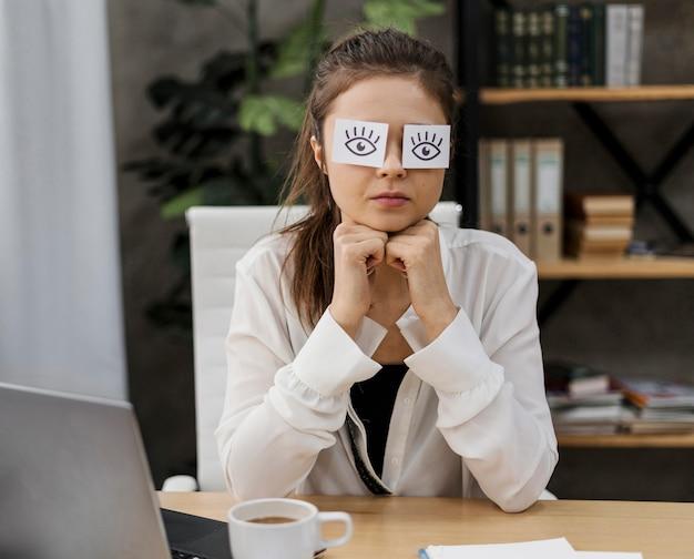 Молодой предприниматель закрыла глаза нарисованными глазами на бумаге Бесплатные Фотографии