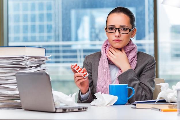 オフィスで病気の若い実業家 Premium写真