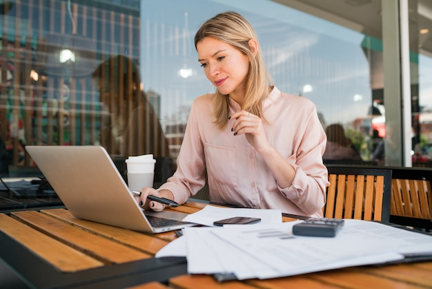 Young businesswoman working on her laptop. Premium Photo