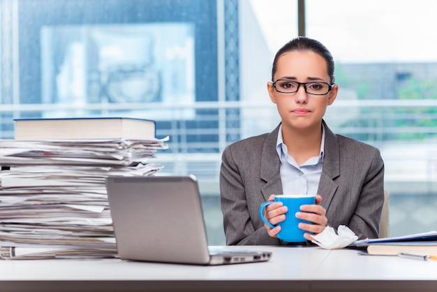オフィスで働く若い実業家 Premium写真