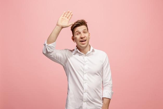 ピンクの壁にカジュアルな若者 無料写真