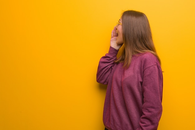 Young casual woman whispering gossip undertone Premium Photo
