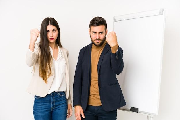 若い白人ビジネスカップル分離拳を示す積極的な表情。 Premium写真