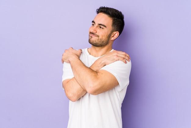 若い白人男性が抱擁、屈託のない、幸せな笑顔。 Premium写真