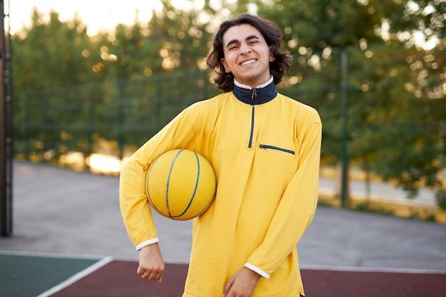 젊은 백인 십 대 소년 농구 프리미엄 사진