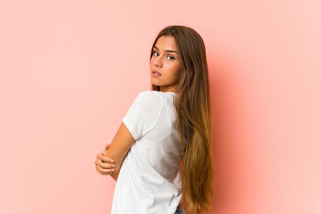 Молодая кавказская женщина делает изолированные позы красоты Premium Фотографии