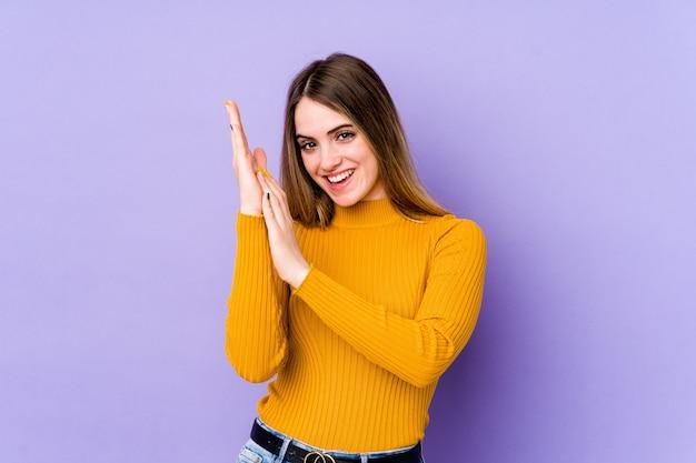 Молодая кавказская женщина чувствует себя энергичной и комфортной, уверенно потирая руки. Premium Фотографии