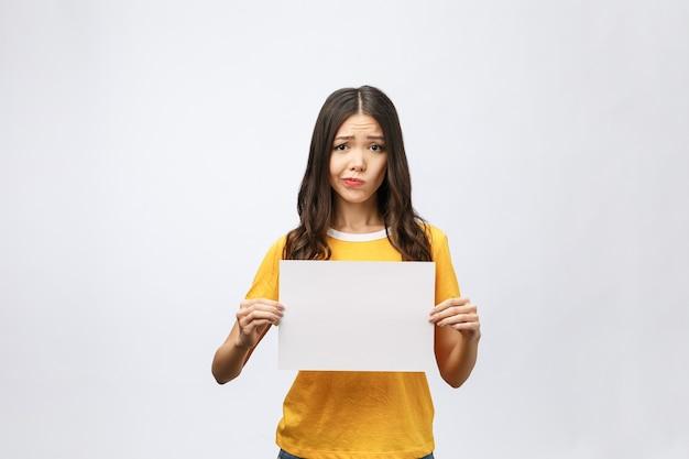 白紙のシートを保持している若い白人女性 Premium写真