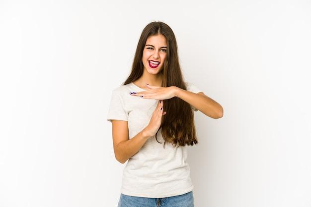Молодая кавказская женщина, изолированные на белом, показывая жест тайм-аута. Premium Фотографии