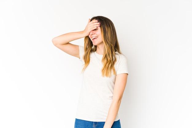 Молодая кавказская женщина радостно смеется, держась за голову. концепция счастья. Premium Фотографии